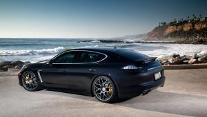 Prenájom auta Porsche Panamera z boku